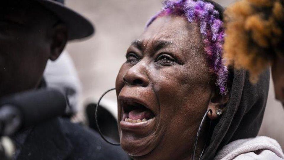 Angie Golson, Großmutter von Daunte Wright, weint um ihr Enkelkind während einer Pressekonferenz in Minneapolis. Foto: Leila Navidi/Star Tribune/AP/dpa