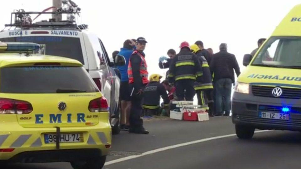 17.04.2019, Portugal, Funchal (Madeira): Screenshot eines Videos. Rettungsdienste bergen Verletzte nach einem schweren Busunglück auf der portugiesischen Ferieninsel Madeira. Mindestens 28 Menschen sind ums Leben gekommen. Der Fahrer hatte offenbar i
