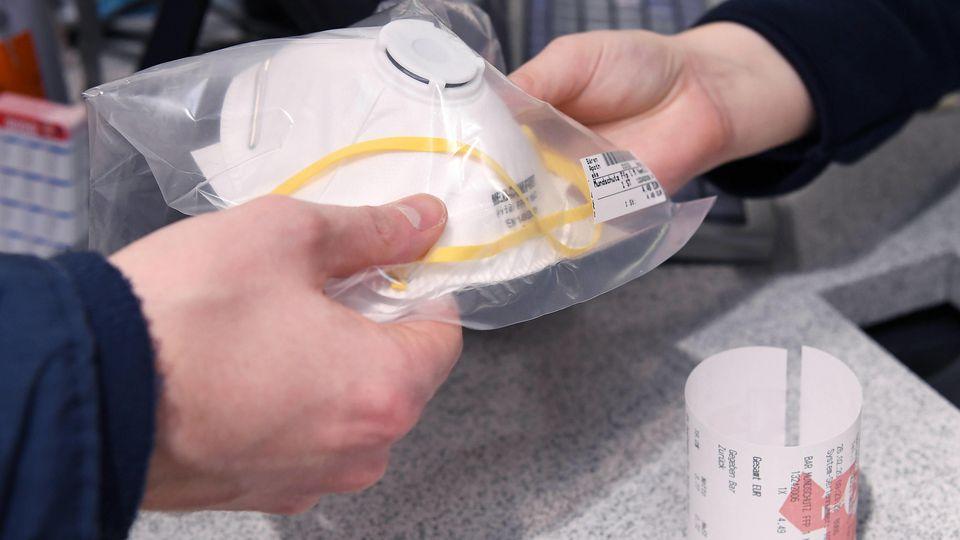 Tuebingen 26.02.2020 Schmuckbild: Verkauf einer Schutzmaske gegen Coronavirus in einer Apotheke, Schutzmasken sind fast
