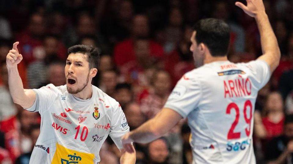 Spaniens Alex Dujshebaev Dobichevaeva (l) und Aitor Arino Bengoechea feiern den 30:26-Erfolg gegen Österreich. Foto: Robert Michael/dpa-Zentralbild/dpa