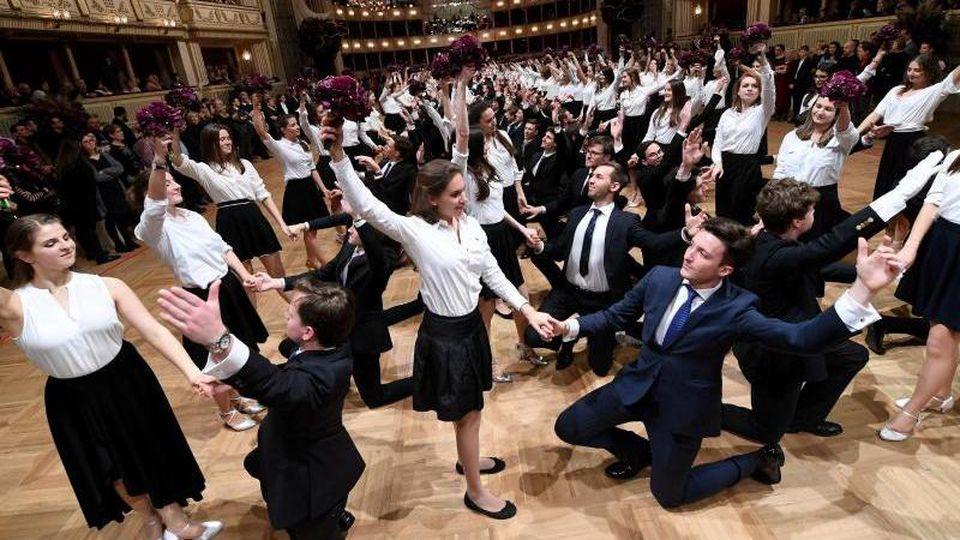 Debütantenpaare tanzen in der Wiener Staatsoper während der Generalprobe. Foto: Helmut Fohringer/APA/dpa