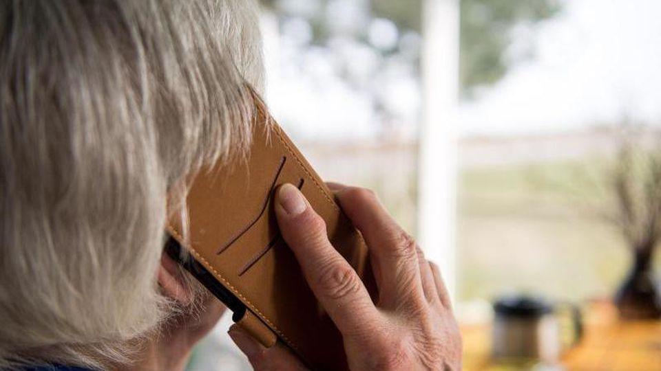 Eine Seniorin aus Mülheim hat während eines Telefonats das Bewusstsein verloren und ist dank der schnellen Reaktion ihrer Gesprächspartnerin gerettet worden (Symbolbild).