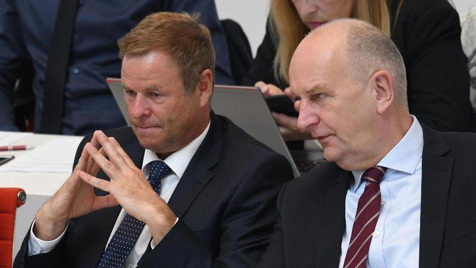 Dietmar Woidke (SPD, r), Ministerpräsident und Christian Görke (Die Linke), Finanzminister Brandenburgs. Foto: Bernd Settnik/Archiv