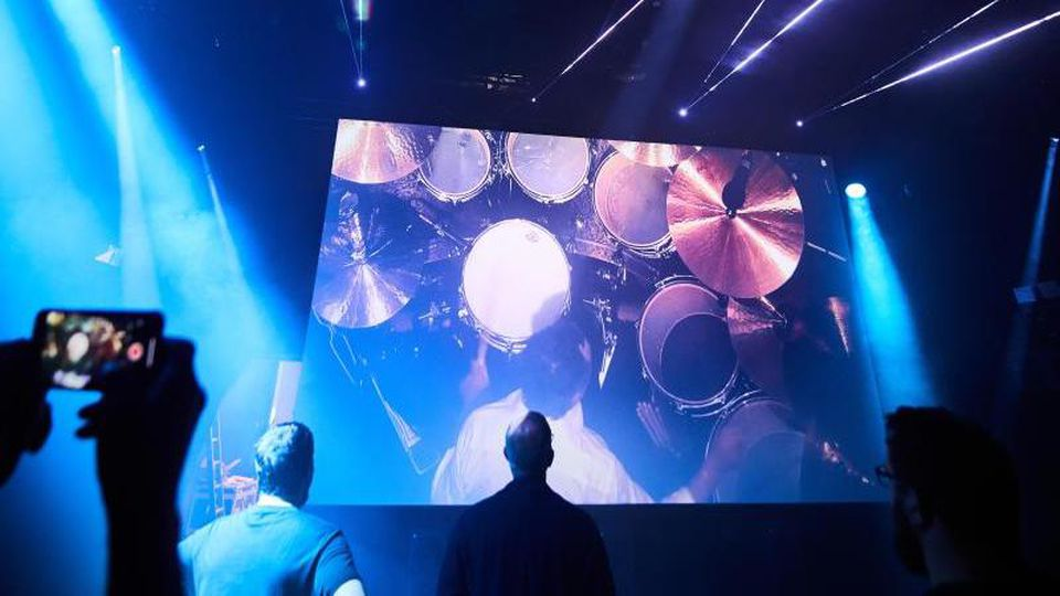 Ein Konzert der Gruppe Pink Floyd wird in einem Raum der Ausstellung The Pink Floyd Exhibition gezeigt. Foto: Bernd Thissen/Archiv