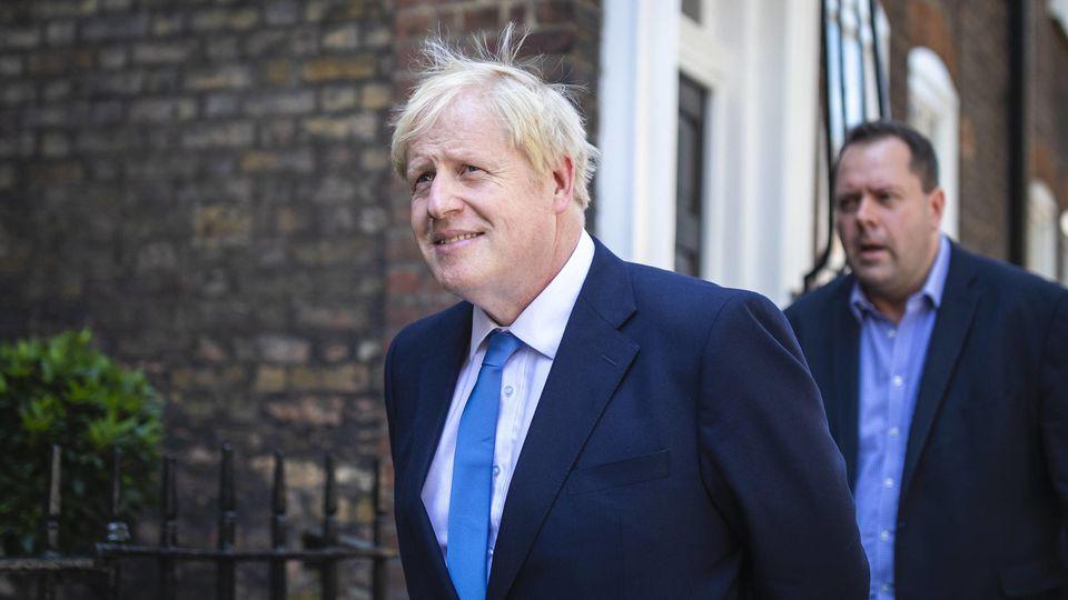 Boris Johnson ließ sich nach Aufforderung die Haare schneiden.