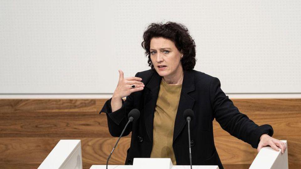Carola Reimann (SPD, Niedersachsens Sozialministerin), spricht im Plenarsaal im Landtag Niedersachsen. Foto: Peter Steffen/dpa/Archivbild