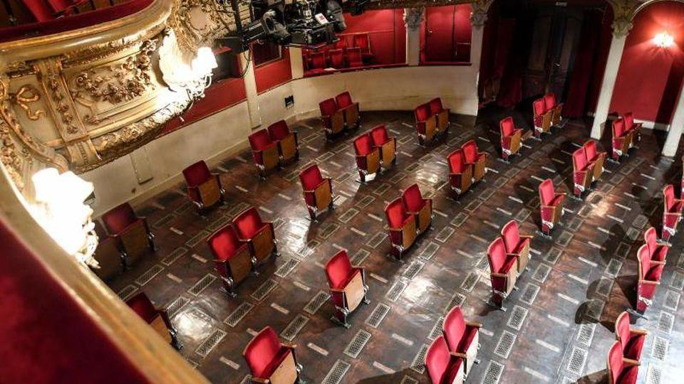 Stühle aus den Sitzreihen des Zuschauerraums des Berliner Ensembles sind ausgebaut. Foto: Britta Pedersen/dpa-Zentralbild/dpa/Archivbild