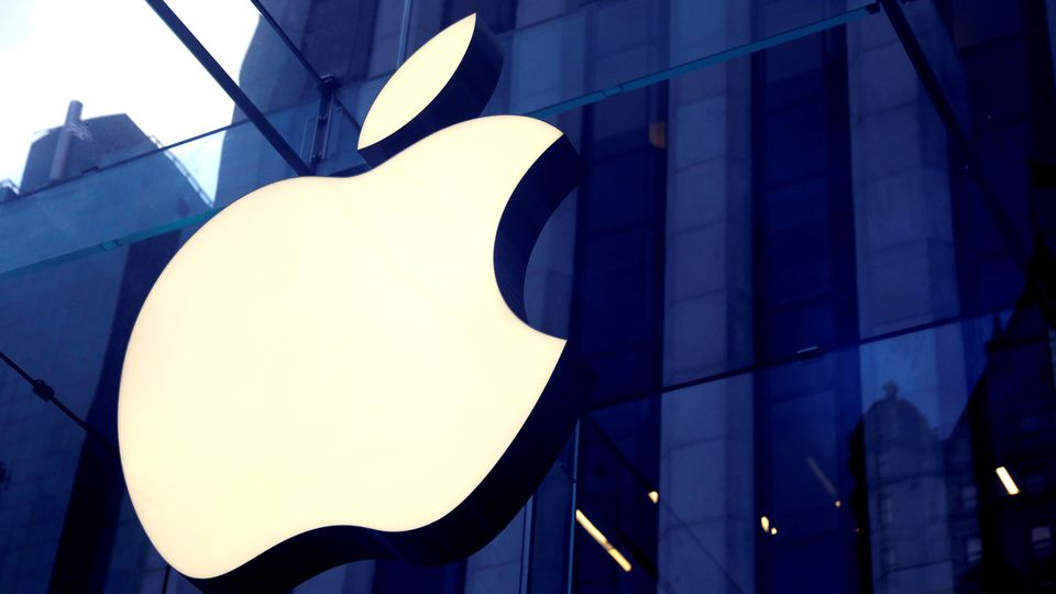 Das Apple-Logo über dem Eingang des Apple Stores auf der 5th Avenue in New York.