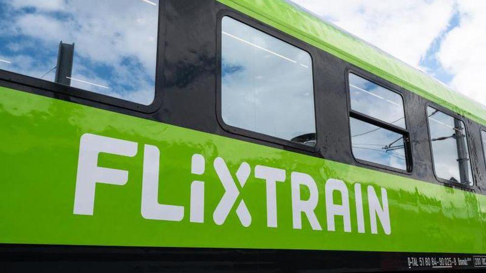 Blick auf einen Großraumwagen des Unternehmens Flixtrain. Foto: Marius Becker/dpa/Symbolbild