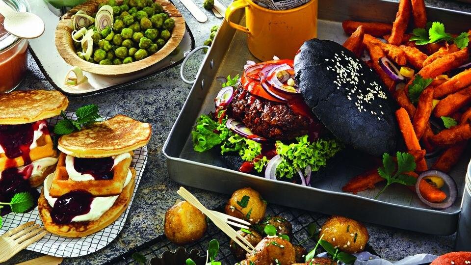 Coloured Burger, süße Wraps und geröstete Grillen - das gibt es ab sofort bei Lidl.
