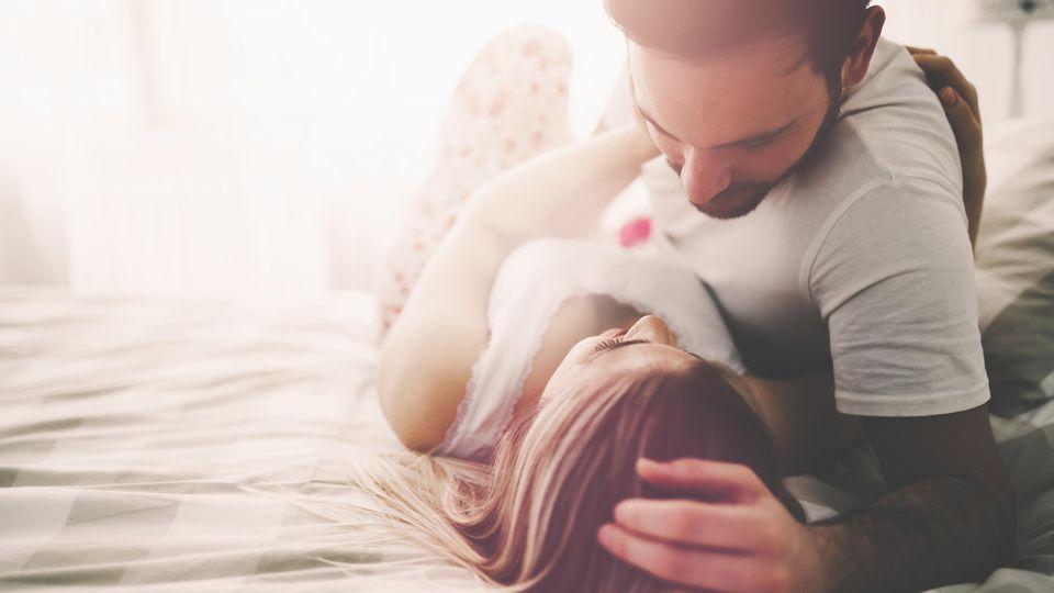 Sinnliches Vorspiel von einem verliebten Pärchen im Bett - dafür sollte doch jetzt genügend Zeit sein.