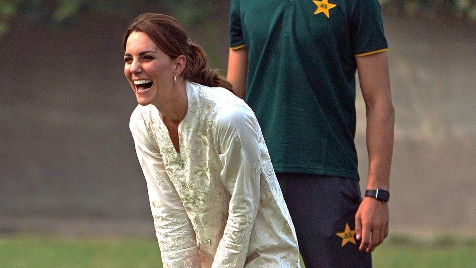 17.10.2019, Pakistan, Lahore: Kate, Herzogin von Cambridge, ist zu Besuch an einer Cricket-Akademie, um dort am vierten Tag ihrer Pakistan-Reise ein Cricket-Match mit einer Gruppe vonKindern zu spielen. Das Cricket-Programm von DOSTI, einer Initiati