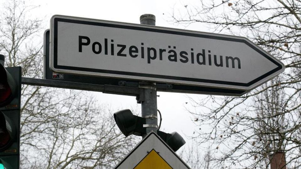 """Ein Schild mit der Aufschrift """"Polizeipräsidium"""". Foto: Patrick Seeger/Archiv"""