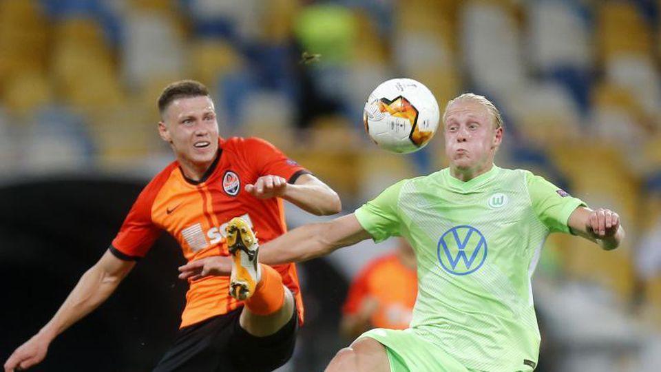 Mykola Matwijenko (l) von Schachtjor Donezk kämpft mit Wolfsburgs Xaver Schlager um den Ball. Foto: Efrem Lukatsky/AP/dpa