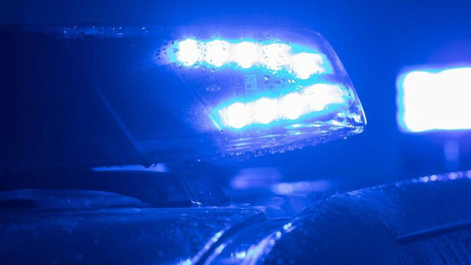 Blaulicht der Polizei leuchtet im Dunkeln. Foto: Jens Büttner/zb/dpa/Symbolbild