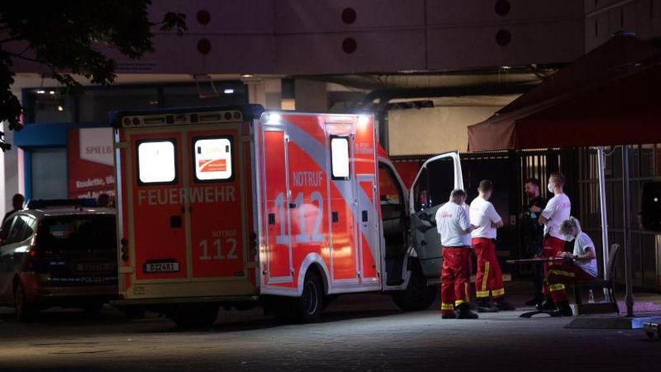 Ein Krankenwagen steht vor dem Fernsehturm. Foto: Paul Zinken/dpa-Zentralbild/dpa