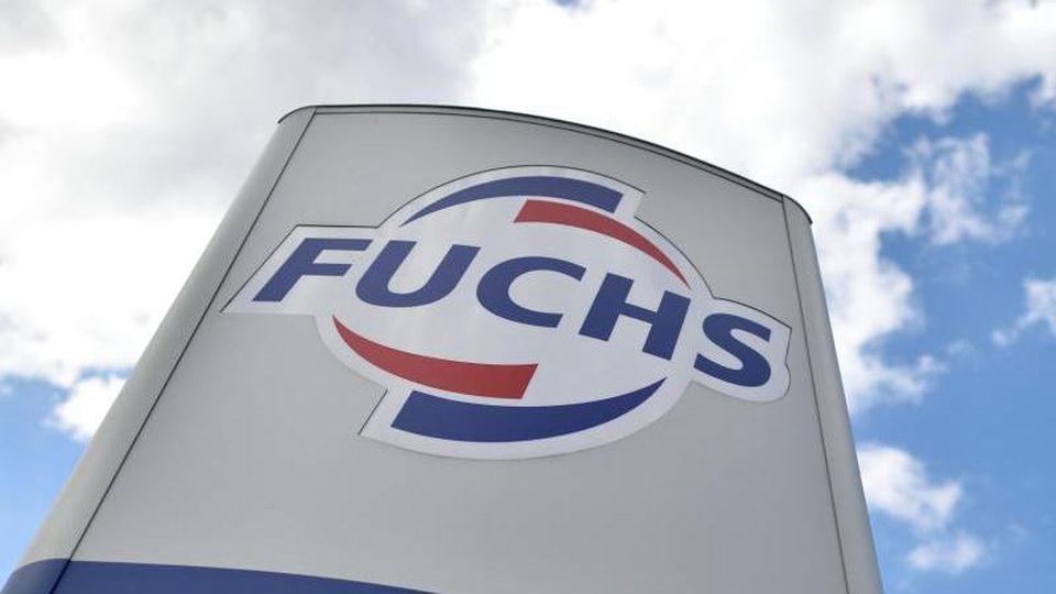 Das Logo des Schmierstoffspezialisten Fuchs Petrolub ist zu sehen. Foto: Uwe Anspach/Archiv