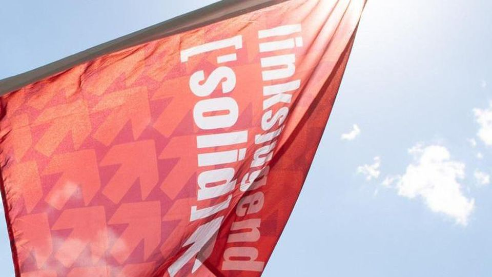 Eine Fahne der Linksjugend weht bei einer Kundgebung. Foto: Sebastian Kahnert/dpa-Zentralbild/dpa/Archivbild