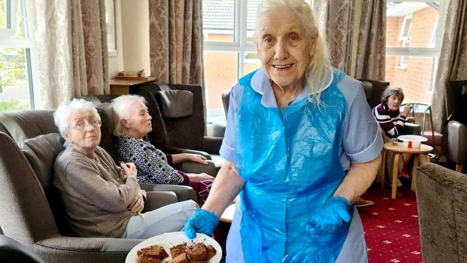 Die gute Seele im Heim: Maureen Townend lebt im Pflegeheim und arbeitet dort als Freiwillige mit. Am liebsten serviert sie Tee und Kuchen.