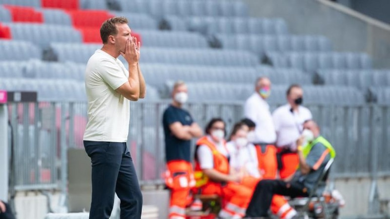 Bayern-Trainer Nagelsmann gibt während der Partie Anweisungen. Foto: Sven Hoppe/dpa