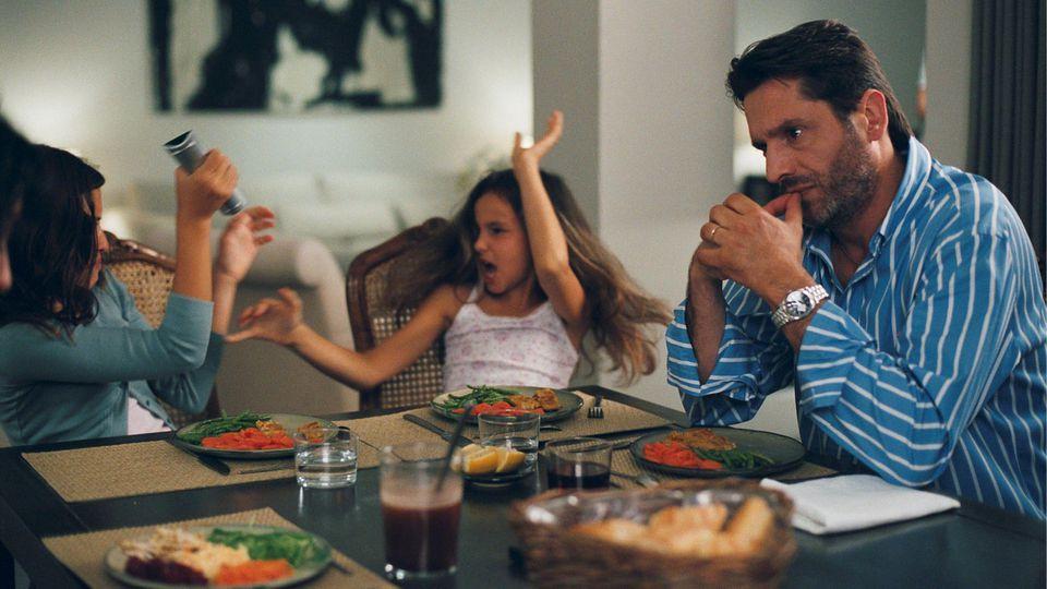 Durch die viele Zeit zuhause kann die Situation für Eltern manchmal auch sehr schwer werden.
