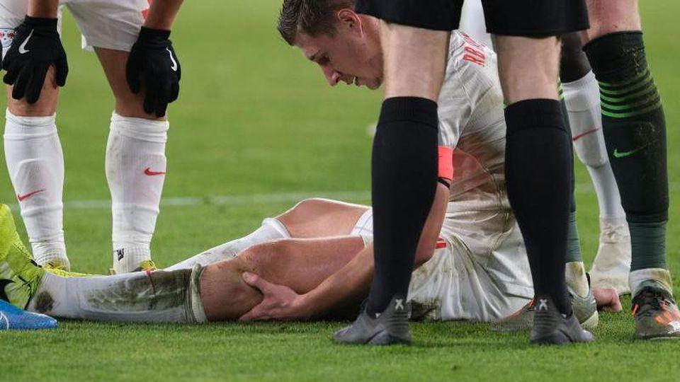 Leipzigs Willi Orban liegt am Boden. Foto: Peter Steffen/dpa