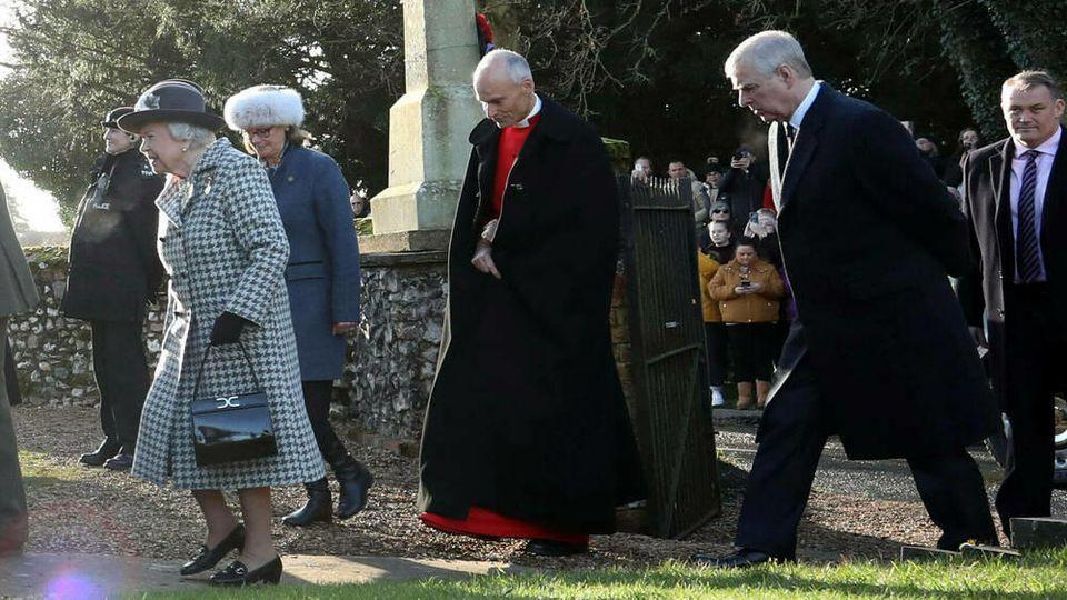 Queen Elizabeth II. (l.) und Prinz Andrew (r.) auf dem Weg zum Gottesidenst