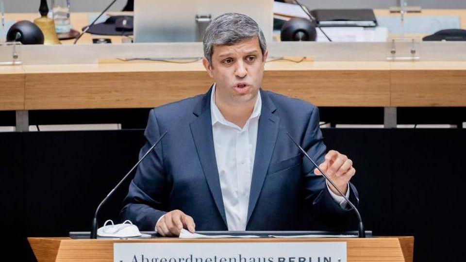 SPD-Landesvorsitzender Raed Saleh spricht bei einer Plenarsitzung des Berliner Abgeordnetenhauses. Foto: Christoph Soeder/dpa/Archivbild