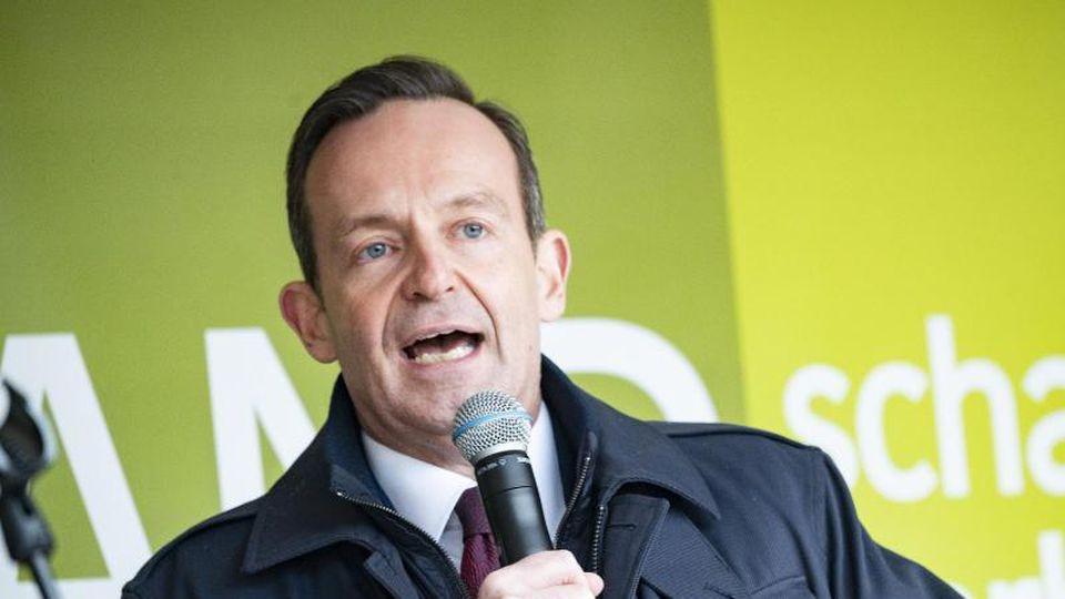 Volker Wissing (FDP), rheinland-pfälzische Landwirtschaftsminister, spricht zu Lnadwirten. Foto: Andreas Arnold/dpa