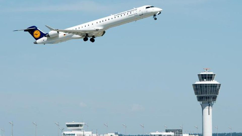 Ein Flugzeug der Lufthansa startet vom Flughafen in München. Foto: Armin Weigel/Archiv