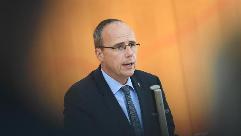 Peter Beuth (CDU), Innenminister des Landes Hessen, gibt eine Erklärung ab. Foto: Arne Dedert/Archivbild