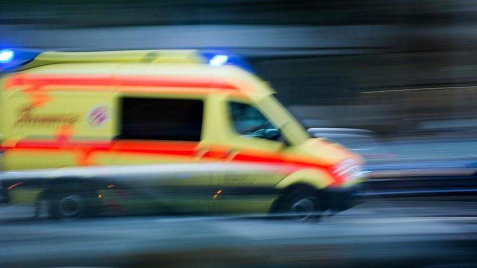 Ein Krankenwagen im Einsatz. Foto: Arno Burgi/dpa-Zentralbild/dpa
