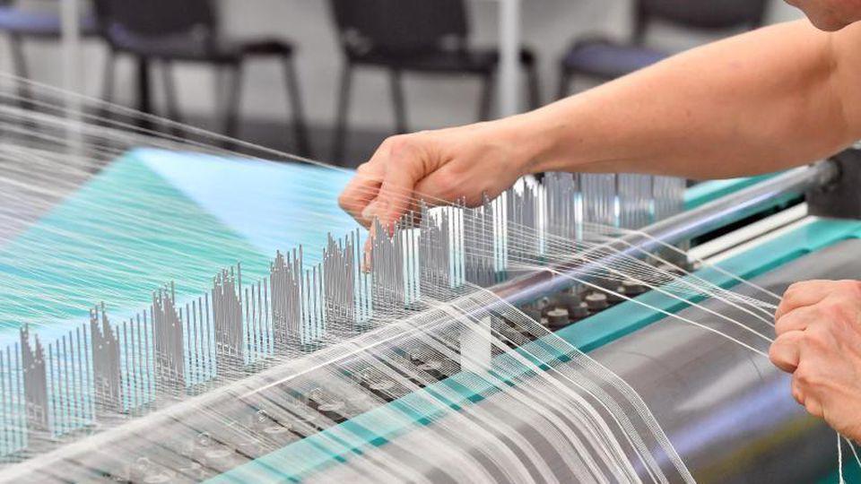 Eine Textilweberei:Ein großer Teil der mittelständischen Unternehmen in Deutschland will einer Studie zufolge auch in diesem Jahr neue Jobs schaffen. Foto: Martin Schutt