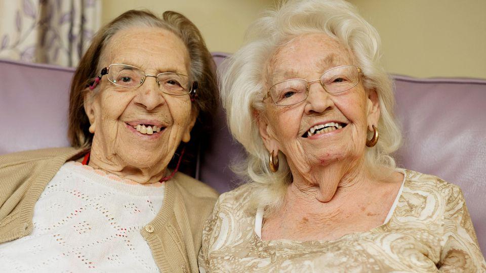 Die beiden rüstigen Seniorinnen haben den Schalk im Nacken.