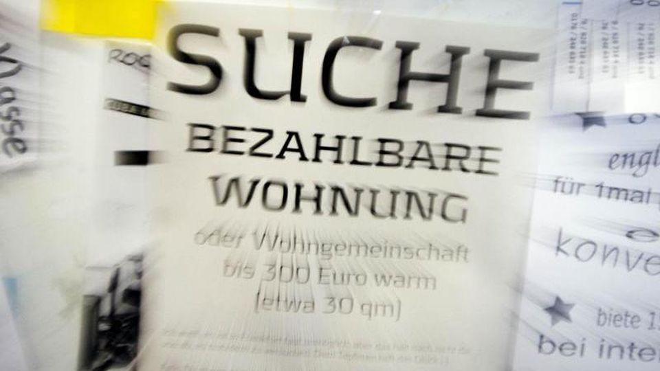 """Eine Suchanzeige für eine """"bezahlbare Wohnung"""" hängt in der Goethe-Universität an einem schwarzen Brett. Foto: Frank Rumpenhorst/dpa/Archivbild"""