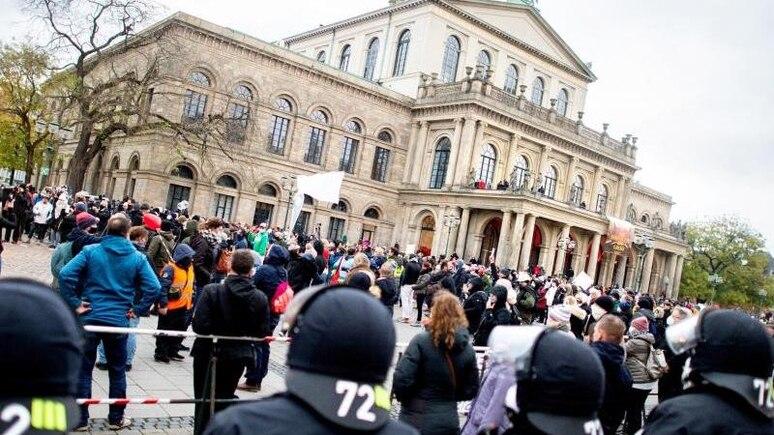"""Polizisten sichern im November eine Demonstration der Initiative """"Querdenken"""" gegen die Corona-Maßnahmen auf dem Opernplatz in Hannover. Foto: Hauke-Christian Dittrich/dpa/Archivbild"""
