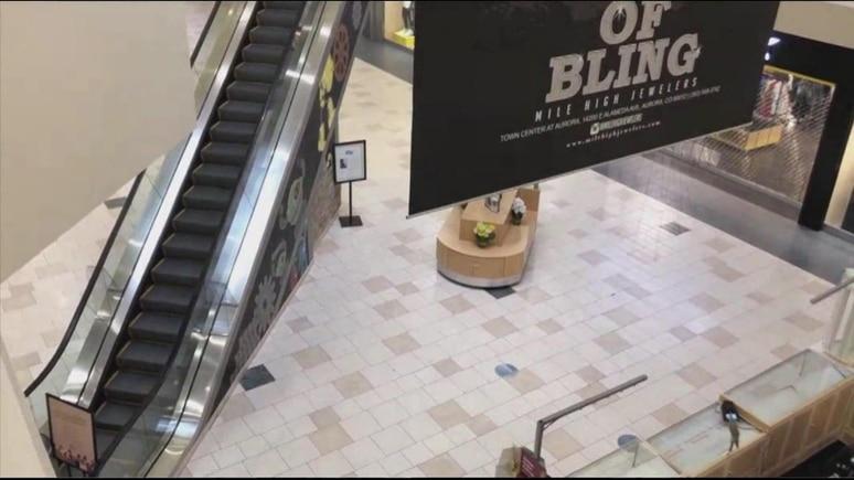 Ein zweijähriger Junge fiel seinem Vater offenbar vom Arm, als er auf einer fahrenden Rolltreppe stand.