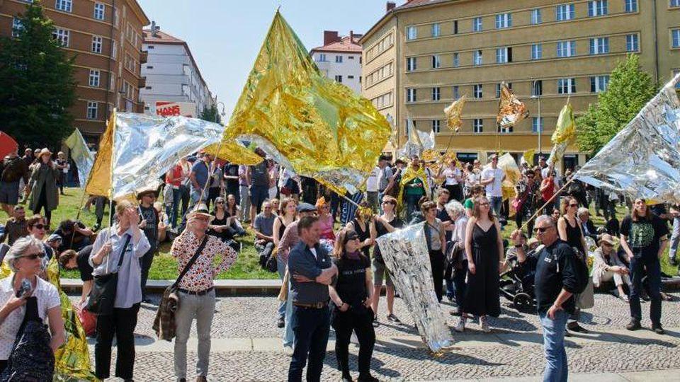 Künstler und Aktive der Kulturlandschaft demonstrieren auf dem Rosa-Luxemburg-Platz. Foto: Annette Riedl/Archivbild