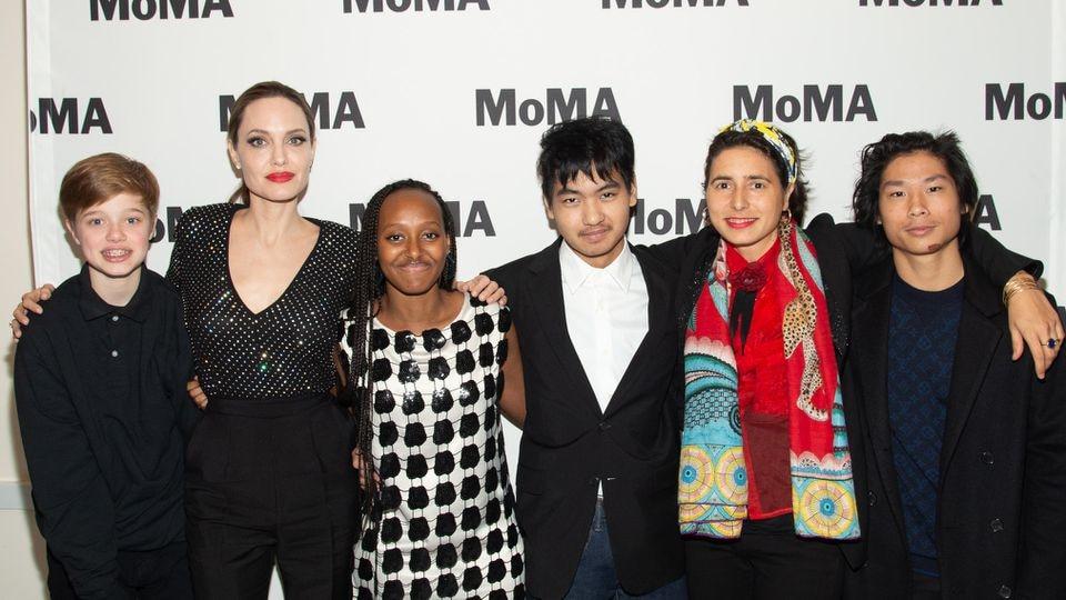 Angelina Jolie (2.v.l.) mit der Künstlerin Prune Nourry (2.v.r.) und ihren Kindern Shiloh (v.l.n.r.), Zahara, Maddox und Pax.