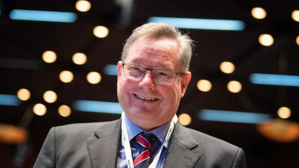 Manfred Döss, Chefjustiziar der Volkswagen AG, lächelt in die Kamera. Foto: Sina Schuldt/dpa/Archivbild