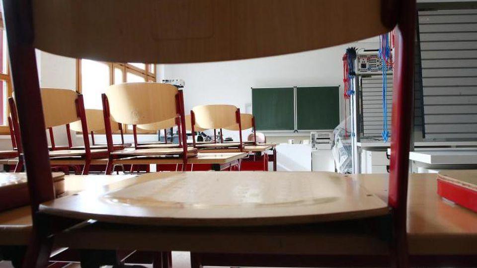 Ein leeres Klassenzimmer. Foto: Bodo Schackow/zb/dpa/Archivbild