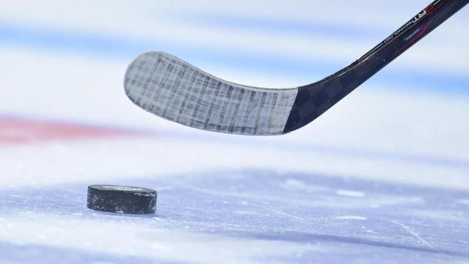 Ein Eishockey-Spieler spielt einen Puck. Foto: Uwe Anspach/Archivbild