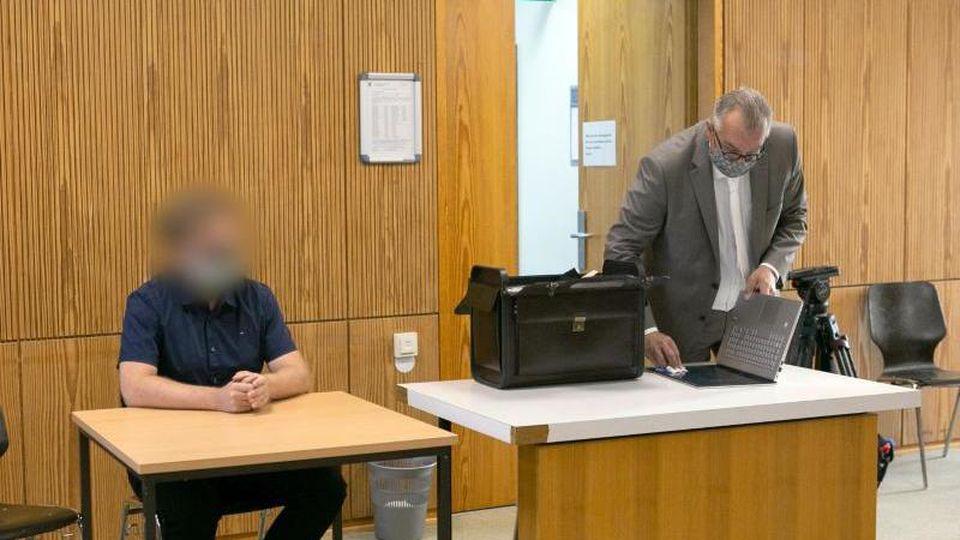 Der Angeklagte sitzt im Sitzungssaal vom Landgericht neben seinem Anwalt Jochen Stein. Foto: Irving Villegas/dpa/Aktuell