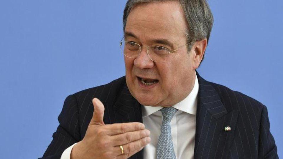 Armin Laschet (CDU), Ministerpräsident von Nordrhein-Westfalen, gestikuliert. Foto: John Macdougall/POOL/dpa/Archivbild