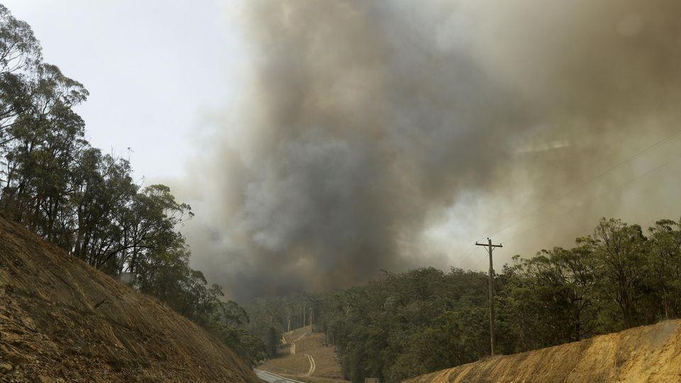 Dieses Foto zeigt Rauch von einem Feuer in Batemans Bay (Australien), Es stammt vom 4. Januar.