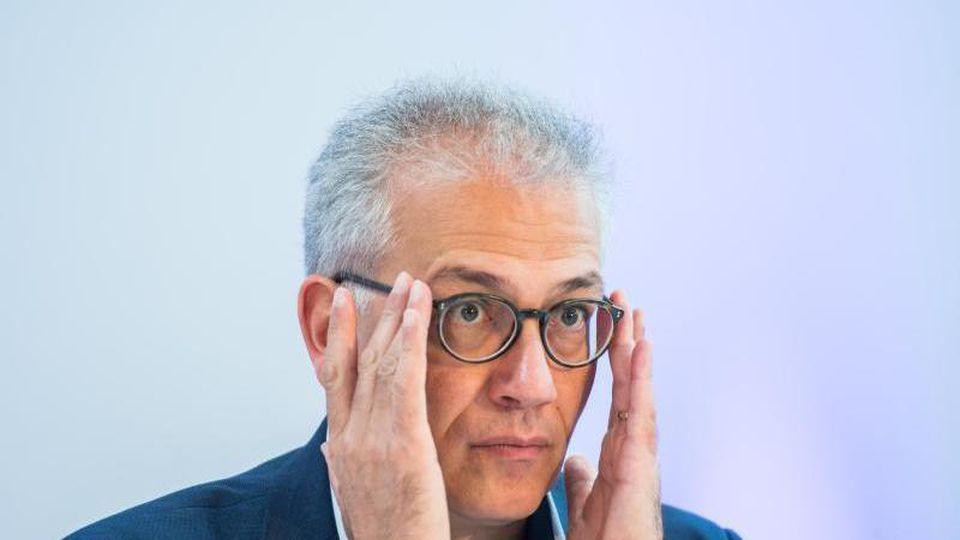 Tarek Al-Wazir (Bündnis 90/Die Grünen), Wirtschaftsminister von Hessen, sitzt bei einer Pressekonferenz. Foto: Andreas Arnold/dpa/Archivbild