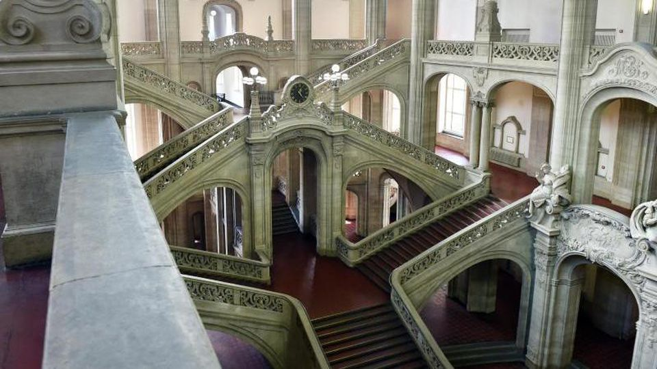 Die Eingangshalle im Kriminalgericht Moabit mit Treppenaufgängen. Foto:Jens Kalaene/Archiv