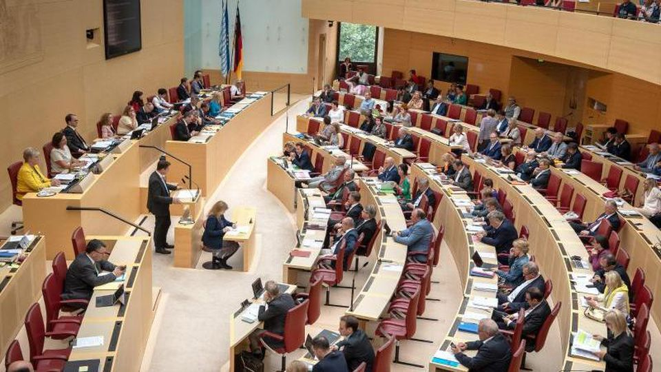 Zuschauer beobachten eine Sitzung des bayerischen Landtags. Foto:SinaSchuldt