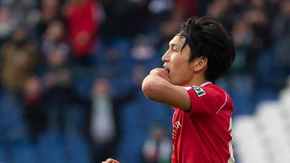 Genki Haraguchi jubelt nach seinem Tor zum 3:2-Endstand für Hannover 96 gegen Aue. Foto: Swen Pförtner/dpa