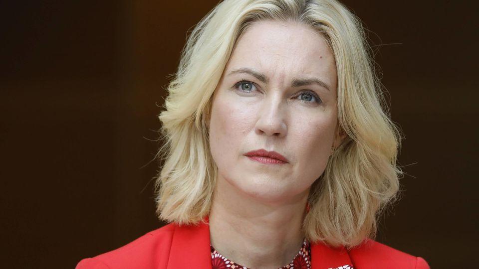 Manuela Schwesig hat letzten Dienstag bekannt gegeben, dass sie an Brustkrebs erkrankt ist. Das Amt der Ministerpräsidentin und auch den SPD-Parteivorsitz in Mecklenburg-Vorpommern wolle sie aber weiter ausüben.